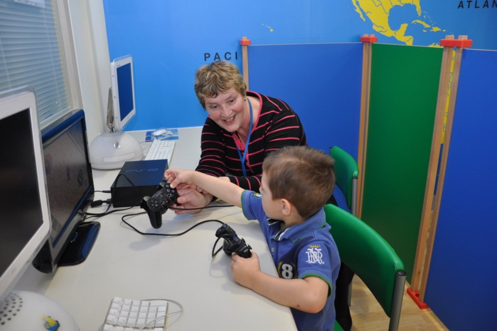 A patient and a volunteer playing computer games